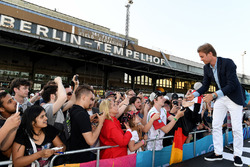 Nico Rosberg, Champion du monde de Formule 1, investisseur en Formule E signe des autographes