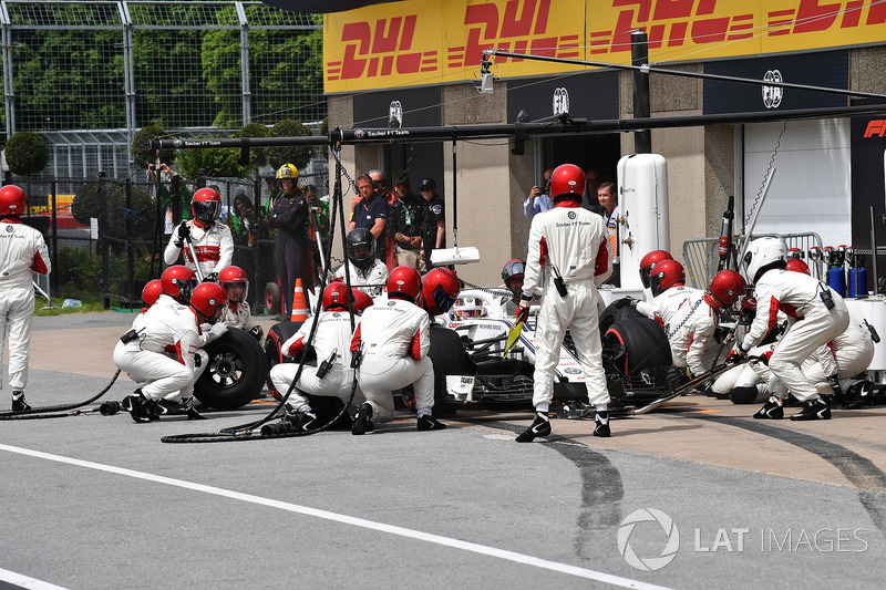 Charles Leclerc, Sauber C37, pit stop
