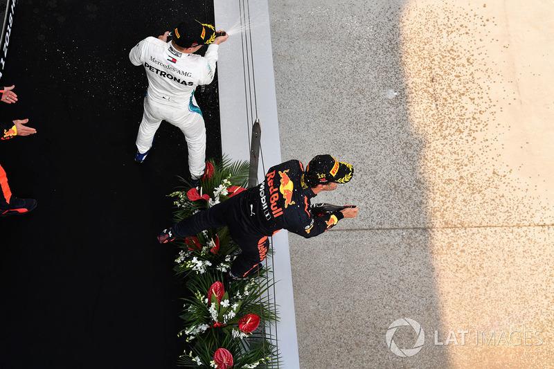 Le vainqueur Daniel Ricciardo, Red Bull Racing et Valtteri Bottas, Mercedes-AMG F1 sur le podium avec du champagne