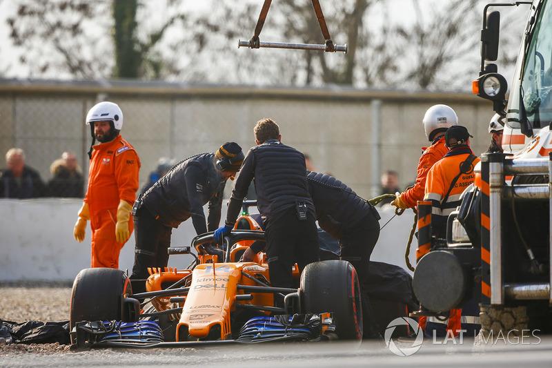 Pist görevlileri, Fernando Alonso, McLaren MCL33'ü kaldırıyor