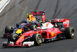 Kimi Raikkonen, Ferrari SF16-H and Max Verstappen, Red Bull Racing RB12 battle for position