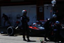 Fernando Alonso, McLaren MP4-31 maakt een pitstop