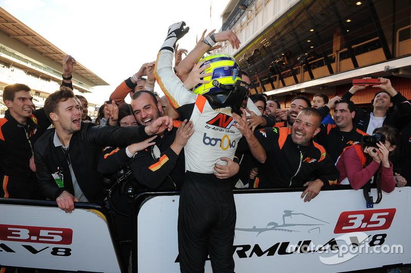 Tom Dillmann celebra el título con su equipo