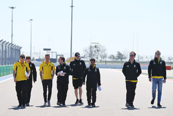 Прогулка по трассе: Кевин Магнуссен, Renault Sport F1 Team и Сергей Сироткин, Renault Sport F1 с ком