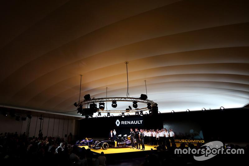Carlos Ghosn, Präsident Renault; Kevin Magnussen, Renault F1 Team, Jolyon Palmer, Renault F1 Team und Esteban Ocon, Renault F1 Team
