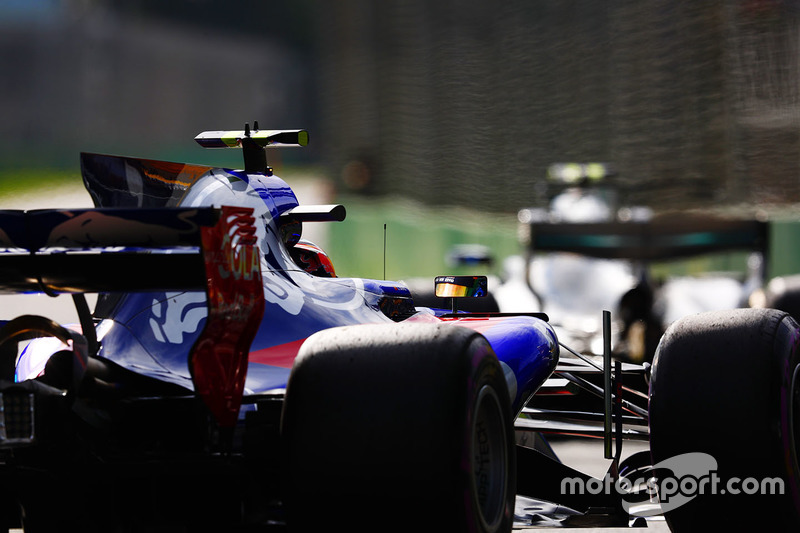 Carlos Sainz Jr., Scuderia Toro Rosso STR12; Valtteri Bottas, Mercedes AMG F1 W08