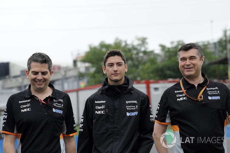 Alfonso Celis jr, Force India piloto de prueba con Bradley Joyce, Force India ingeniero caminan en l