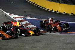Max Verstappen, Red Bull Racing RB13 et Kimi Raikkonen, Ferrari SF70H au départ