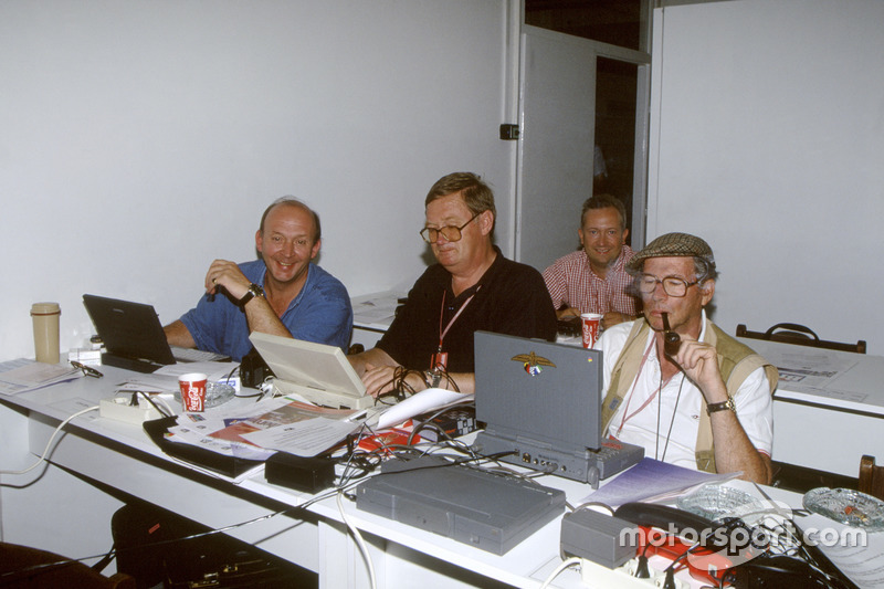 Nigel Roebuck, Alan Henry, Tony Dodgins et Jabby Crombac travaillent dur dans la salle de presse