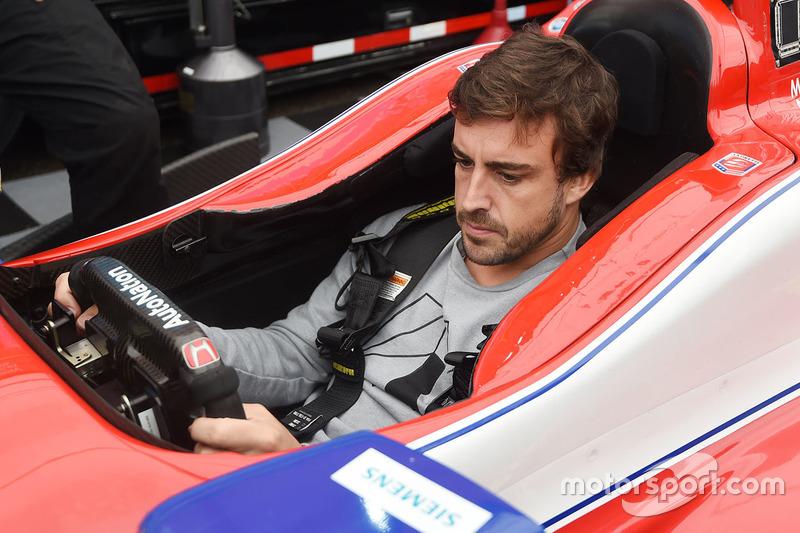 Fernando Alonso sentado en el coche de Marco Andretti