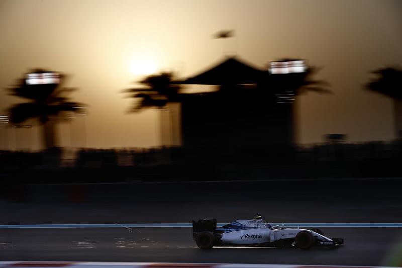 Las chispas vuelan desde el coche de Valtteri Bottas, Williams FW38