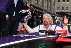 Richard Branson posa para una foto de la cabina de unDS Virgin Racing Spark