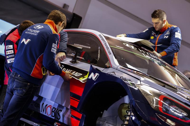 Miembros del equipo trabajan en el  coche de Thierry Neuville, Nicolas Gilsoul, Hyundai i20 Coupe WRC, Hyundai Motorsport