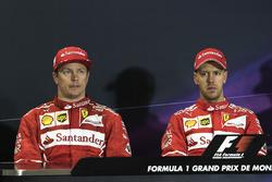 Kimi Raikkonen, de Ferrari y ganador Sebastian Vettel, Ferrari en la Conferencia de prensa