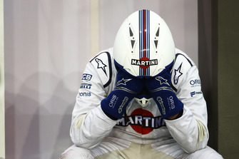 A Williams mechanic copes with the heat in the garage