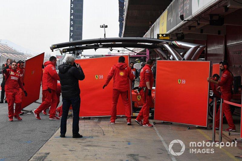 Sebastian Vettel, Ferrari SF90 e meccanici Ferrari con pannelli