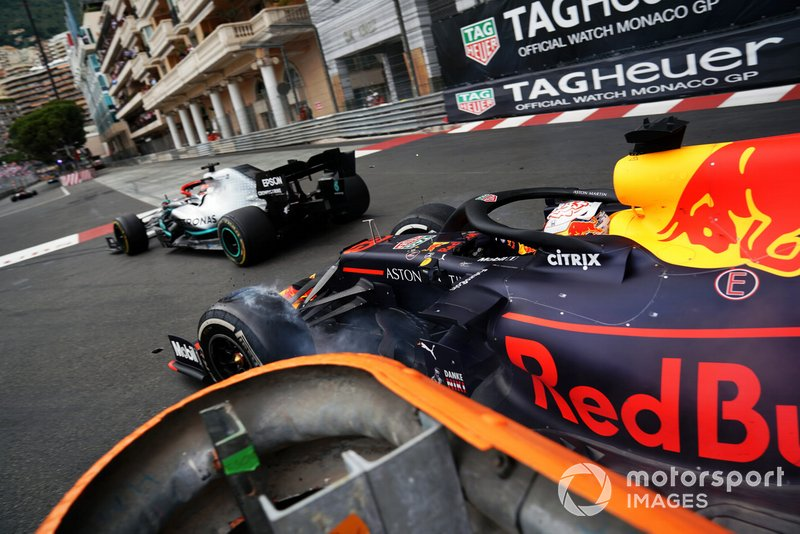 Max Verstappen, Red Bull Racing RB15, au contact du leader Lewis Hamilton, Mercedes AMG F1 W10, en fin de course