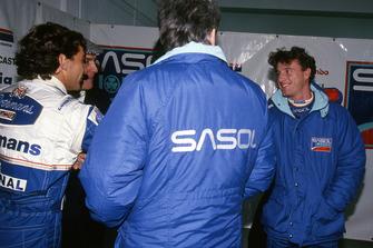 Ayrton Senna, Williams le da la mano a Eddie Irvine, Jordan
