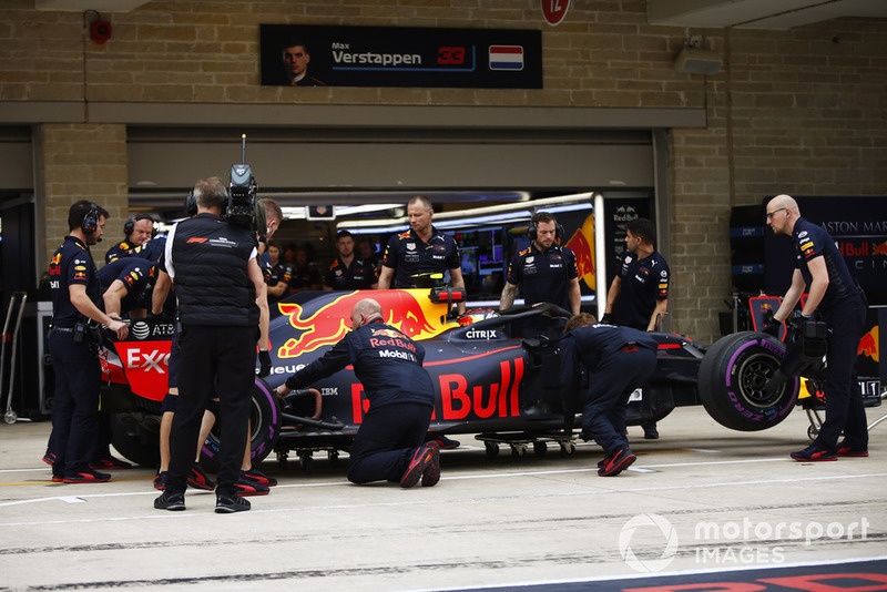 Los mecánicos inspeccionan el auto de Max Verstappen, Red Bull Racing RB14, en la calle de boxes durante la Clasificación