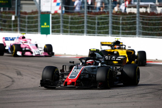Kevin Magnussen, Haas F1 Team VF-18, precede Carlos Sainz Jr., Renault Sport F1 Team R.S. 18, ed Esteban Ocon, Racing Point Force India VJM11