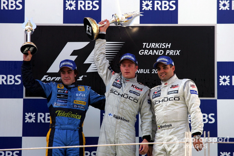 Podio: il secondo classificato Fernando Alonso, Renault F1 Team, il vincitore della gara Kimi Raikkonen, McLaren, il terzo classificato Juan Pablo Montoya, McLaren