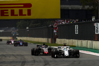 Marcus Ericsson, Sauber C37, leads Romain Grosjean, Haas F1 Team VF-18, Brendon Hartley, Toro Rosso STR13