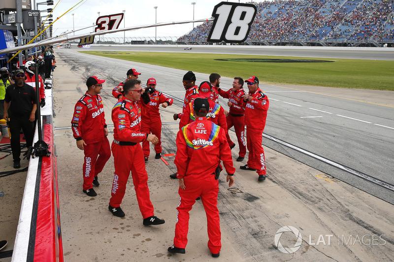 I membri della crew di Kyle Busch, Joe Gibbs Racing, Toyota Camry Skittles Red White & Blue, festeggiano la vittoria
