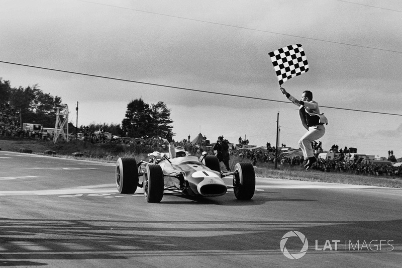 Jim Clark, Lotus 43 BRM franchit le drapeau à damier