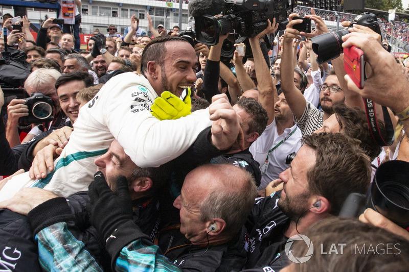Lewis Hamilton, Mercedes-AMG F1, festeggia con il team nel parco chiuso