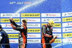 Podium : les vainqueurs #26 G-Drive Racing Oreca 07 - Gibson: Roman Rusinov, Andrea Pizzitola