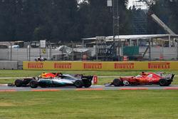 Max Verstappen, Red Bull Racing RB13, Lewis Hamilton, Mercedes-Benz F1 W08  and Sebastian Vettel, Ferrari SF70H battle at the start of the race