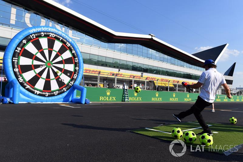 Fernando Alonso, McLaren gioca a freccette con dei palloni da calcio