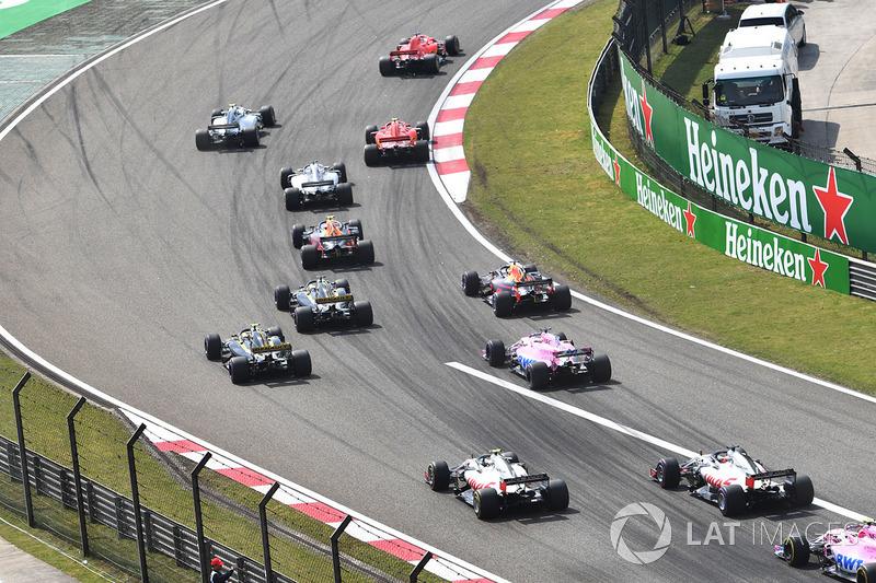 Sebastian Vettel, Ferrari SF71H y Kimi Raikkonen, Ferrari SF71H al frente tras la salida