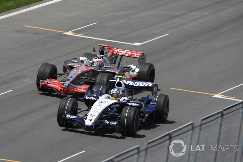Fernando Alonso, McLaren MP4-22, y Alex Wurz, Williams FW29