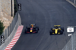Max Verstappen, Red Bull Racing RB14 Carlos Sainz Jr., Renault Sport F1 Team R.S. 18