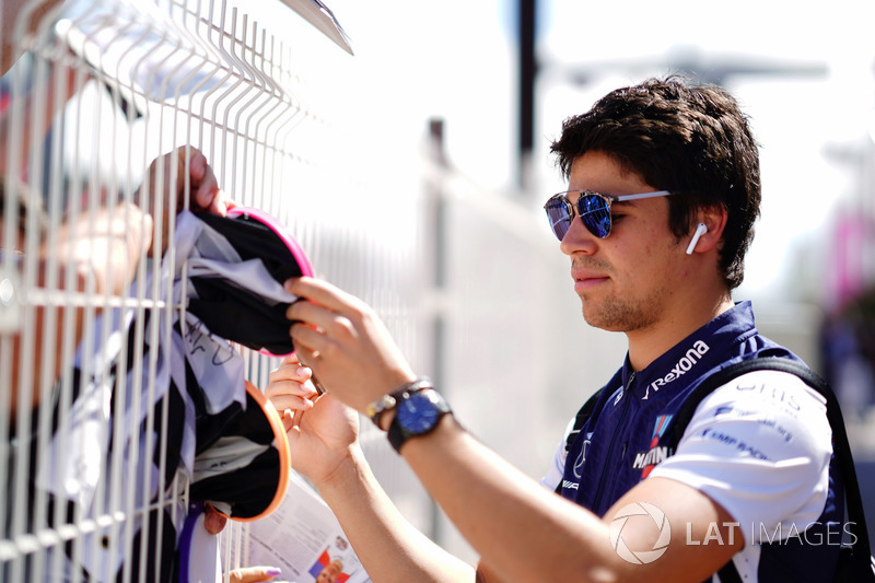 Lance Stroll, Williams Racing, firma autografi ai tifosi