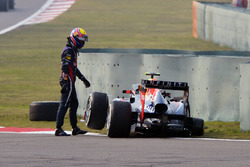 Mark Webber, Red Bull Racing RB9 loses his rear wheel