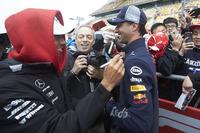 Lewis Hamilton, Mercedes AMG F1, shares a joke with Daniel Ricciardo, Red Bull Racing