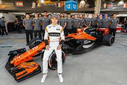 Stoffel Vandoorne, McLaren, lors de la photo de l'équipe McLaren