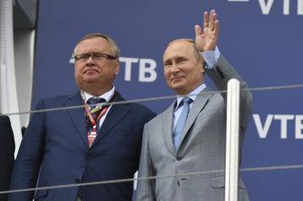 Andrey Kostin, et Vladimir Poutine, président de la Fédération de Russie, sur le podium