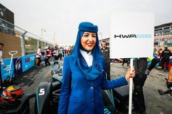 Un rappresentante della Saudia Airline con il cartello di Stoffel Vandoorne, HWA Racelab, VFE-05