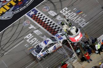 Kevin Harvick, Stewart-Haas Racing, Ford Fusion Mobil 1, prende la bandiera a scacchi e conquista la vittoria