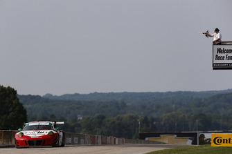 #58 Wright Motorsports Porsche 911 GT3 R, GTD - Patrick Long, Christina Nielsen, Checkered Flag