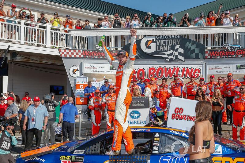 Chase Elliott, Hendrick Motorsports, Chevrolet Camaro SunEnergy1 in victory lane