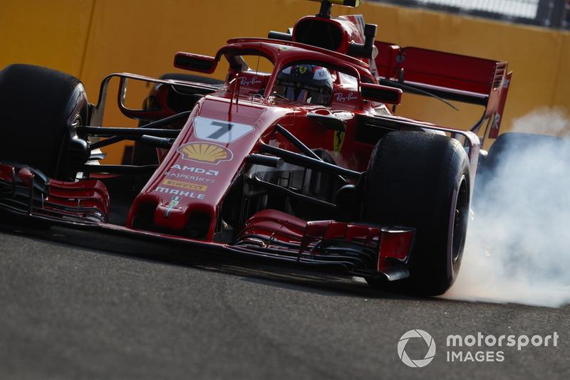 1. Kimi Räikkönen, Ferrari SF71H, locks-up a front wheel