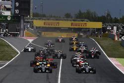 Старт гонки: Нико Росберг, Mercedes AMG F1 W07 Hybrid и Льюис Хэмилтон, Mercedes AMG F1 W07 Hybrid