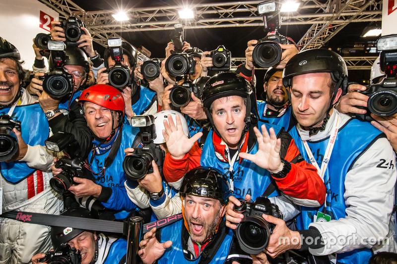 Fotógrafos listos para la celebración de Polo como tiro por Romain Dumas