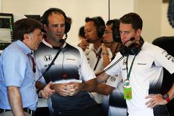 Jost Capito, Director Ejecutivo de McLaren con Stoffel Vandoorne, McLaren Piloto de pruebas y de res