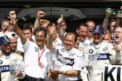 1. Robert Kubica, BMW Sauber; 2. Nick Heidfeld, BMW Sauber, mit Mario Theissen, Willy Rampf, und dem Team