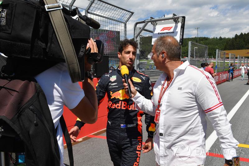 Daniel Ricciardo, Red Bull Racing, parla con Kai Ebel, Presentatore RTL, in griglia